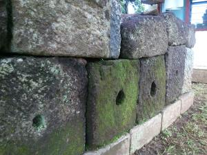 Batu umpak, lubangnya dibuat sebagai tempat memasang struktur kayu.